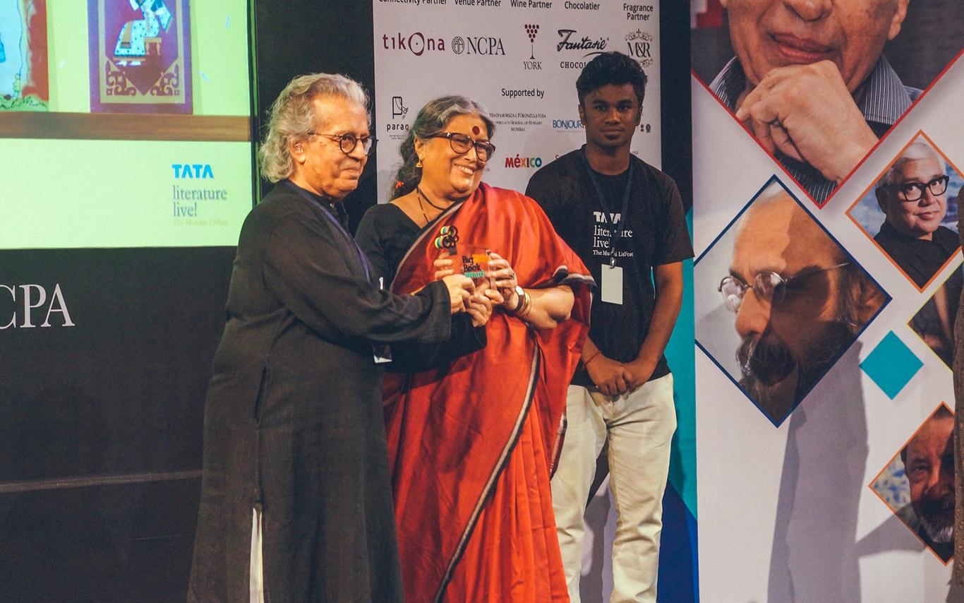 Nabaneeta Dev Sen, winner of BLBA 2018 (author – Bengali) receives the award at Tata Lit Live.